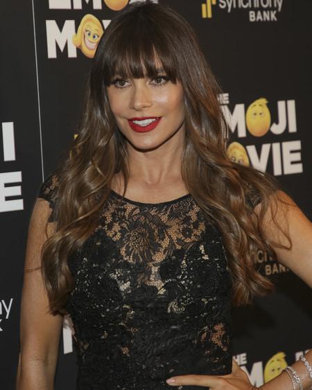 Sofía Vergara se convierte en la flamenca del Whatsapp para asistir a la premiere de Emoji Movie