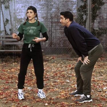 Nueve camisetas de estética vintage dignas de los outfits noventeros de Friends por los que todas suspirábamos