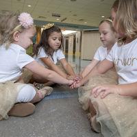 Las preciosas fotografías de cuatro niñas que lucharon y vencieron juntas al cáncer