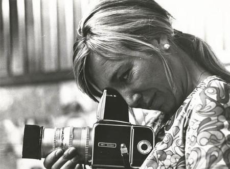 ¿Sabes quién es Juana Biarnés? la fotoperiodista que se coló en el avión de los Beatles y mucho más