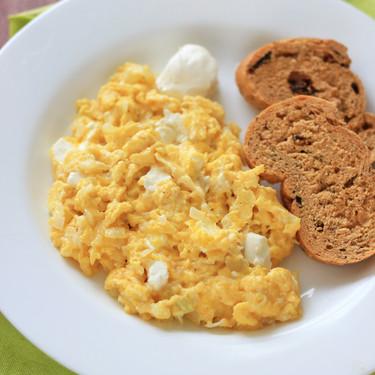 Huevos revueltos con cebolla y queso crema. Receta fácil
