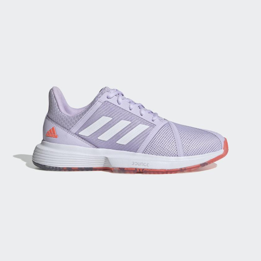 Zapatillas en lila, uno de los colores de moda
