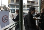 Fumar en la puerta y en las terrazas de los bares también es malo para la salud de los de dentro