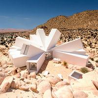 Cuando la arquitectura coquetea con la locura y crea una casa de contenedores en medio del desierto