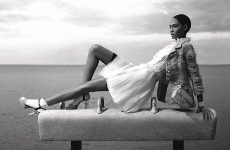 Colgadas (literalmente) de la firma. Chanel Primavera-Verano 2012