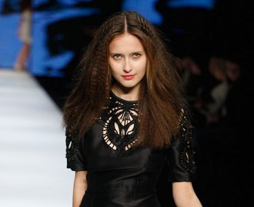 Cómo conseguir un look ochentero con el cabello plisado