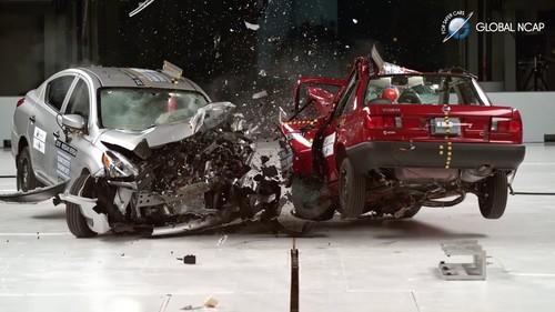 Esto es lo que pasa cuando los coches más económicos de Nissan en EEUU y México chocan de frente