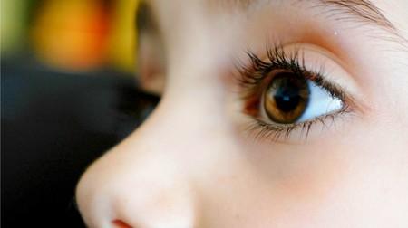 La emotiva historia de Dulce, una niña con parálisis cerebral que aprendió a hablar con la mirada gracias a la tecnología
