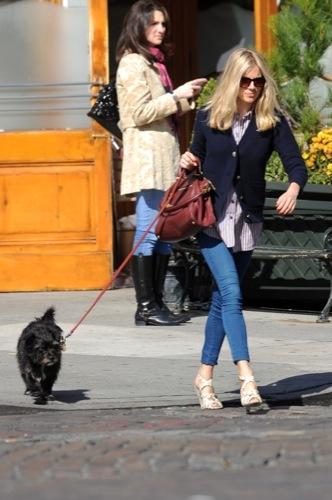 Sal a pasear al perro con estilo, copia a Sienna Miller