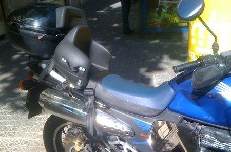 Un accesorio interesante: sillita para llevar los niños en moto