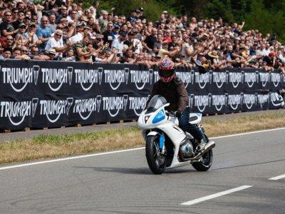 ¿Pensabas que Carl Fogarty estaba acabado? Pues ha vuelto para ganar en Glemseck con una Triumph Thruxton