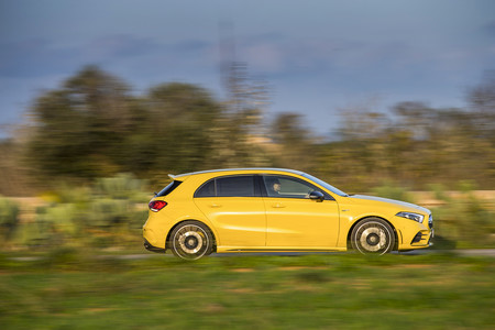 Mercedes-AMG A35 lateral