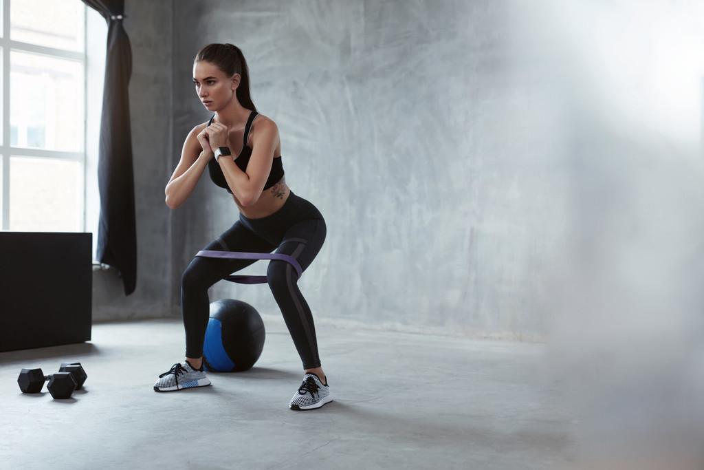 Una rutina de entrenamiento de fuerza en casa con gomas elásticas de CrossFit