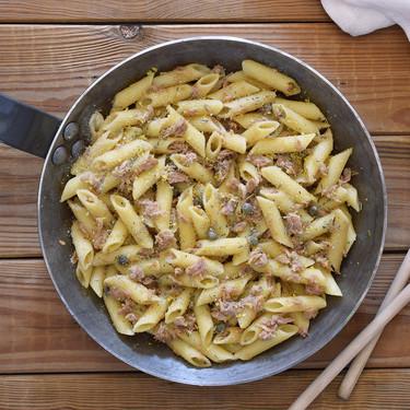 Macarrones con atún, anchoas y alcaparras: receta económica de pasta aprovechando latas de la despensa