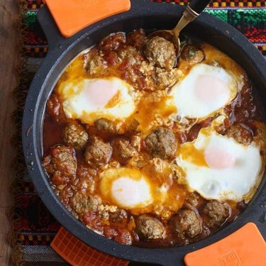 Tajine de albóndigas con huevos, receta con aires exóticos fácil y deliciosa
