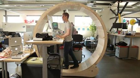 Un escritorio en forma de rueda de hámster