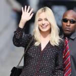 """Un """"pijama"""" y unas sandalias doradas de Gucci: no necesitarás más para brillar. Si no, mira a Margot Robbie"""