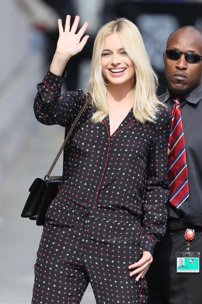 """Un """"pijama"""" y una sandalias doradas de Gucci, no necesitará más para brillar y sino mira a Margot Robbie"""