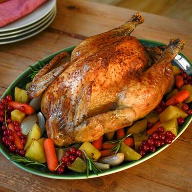 Capón relleno al horno, receta clásica de Navidad y consejos para que quede perfecto (con vídeo incluido)