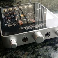 Este amplificador utiliza válvulas para mejorar la calidez del sonido, y de paso el aspecto del equipo