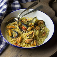 Espaguetis con mejillones y salsa de curry. Receta de pasta muy fácil para salir de la rutina