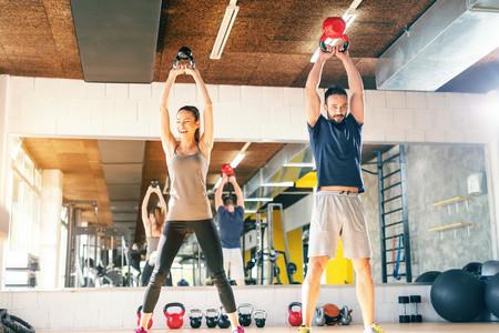 ¿Más peso o más repeticiones? Esto es lo que tienes que hacer en el gimnasio dependiendo de tu objetivo