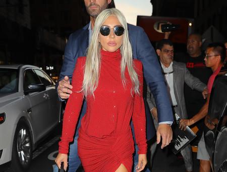 El vestidazo de Lady Gaga firmado por Alexandre Vauthier es el diseño rojo que todas querrían tener en su armario