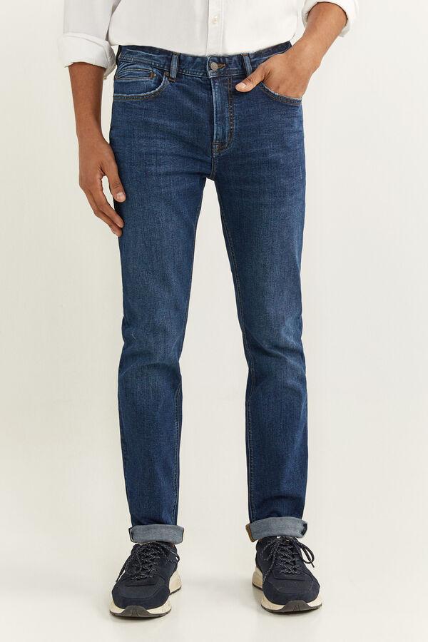 Jeans corte slim con detalle de lavado en color semi oscuro