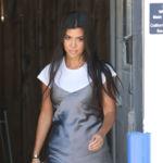 Una camiseta básica de algodón salva a Kourtney Kardashian y su vestido lencero demasiado nocturno