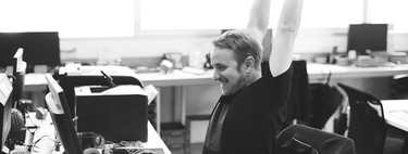 Tres estiramientos que puedes realizar en el trabajo sin paralizar tu jornada laboral