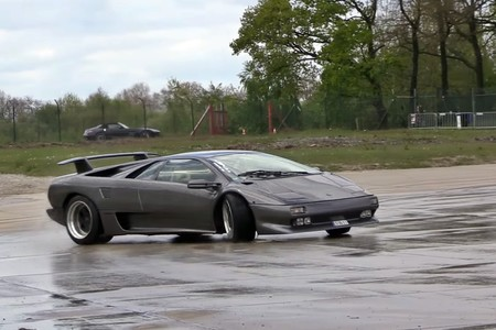 ¡Así se disfruta un superdeportivo! Este Lamborghini Diablo aprende a hacer drifting en circuito