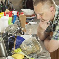 Fregar los platos es la peor de las tareas domésticas (y las parejas que no la comparten terminan mal)