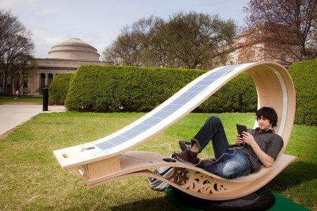 Soft Rocker, tumbona de exterior con energía solar