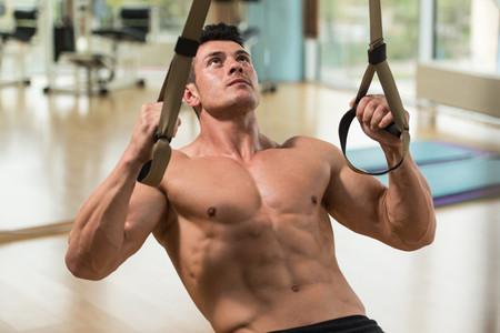 Un circuito de entrenamiento con TRX para trabajar todo tu cuerpo en casa