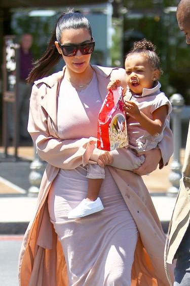 Vestido embutido y gabardina hasta el suelo, el look de embarazada que Kim Kardashian no puede dejar de lucir