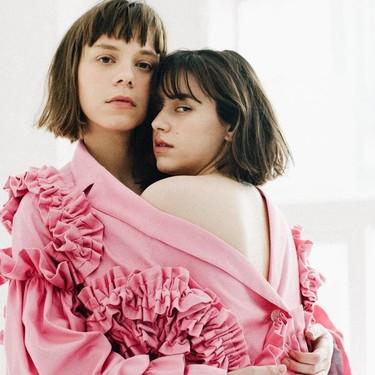 Este diseñador japonés hace ropa que pueden llevar dos personas a la vez. Y no, no es por razones sexuales