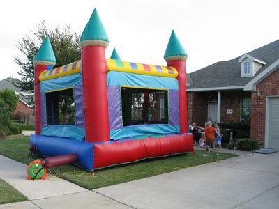 En qué debemos fijarnos antes de que los niños se suban a un castillo hinchable