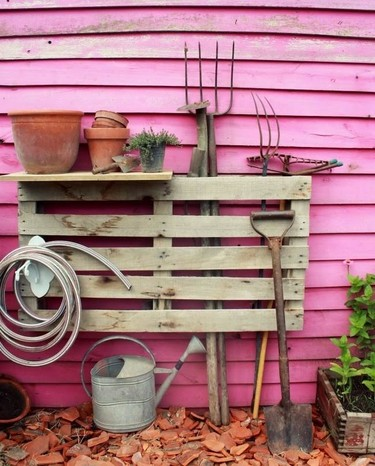 Hazlo tú mismo: las herramientas de jardinería organizadas en latas recicladas y un palé