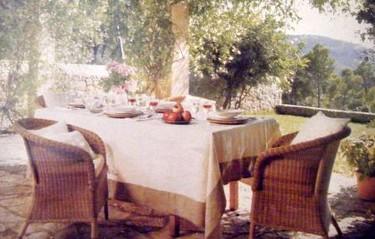 Comer fuera este verano, ideas prácticas: Un cenador de aire campestre