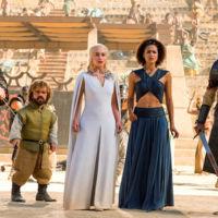 Daenerys Targaryen, Mother of Dragons, pone otra vez de moda los vestidos con capa