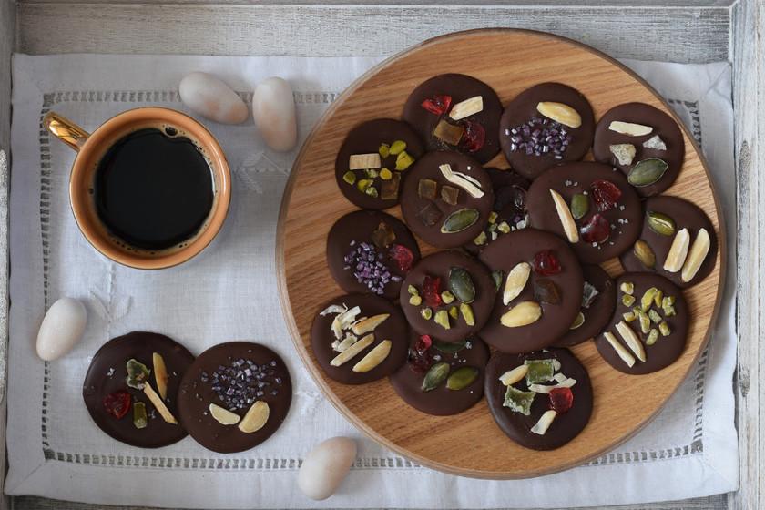 Cómo hacer mendiants de chocolate, un dulce bocado para lucirte con los invitados (e ideal para regalar)