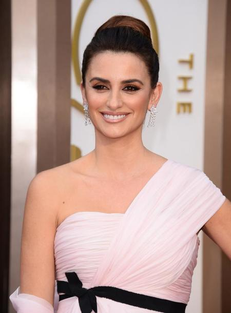 Penélope cruz acierta con su maquillaje terracota y su recogido alto en la gala de los Oscars 2014