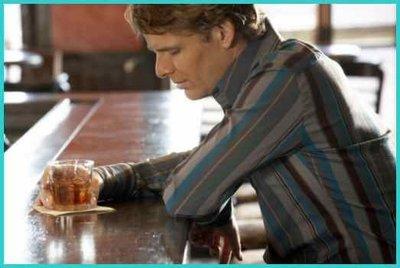 ¿Basta con sostener una bebida alcohólica para parecer estúpido?
