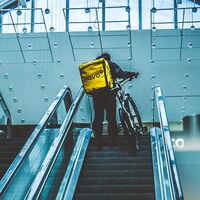 Glovo concederá mayor libertad a los 'riders' para no convertirlos en asalariados… y subir precios es una opción que se plantean