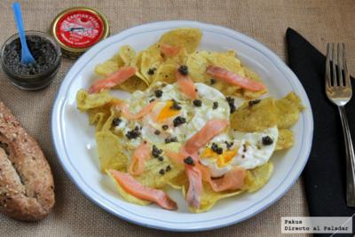 Huevos rotos con chips caseras, salmón y caviar. Receta