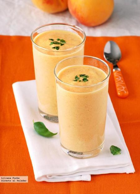 Smoothie o batido cremoso de melocotón y yogur. Receta