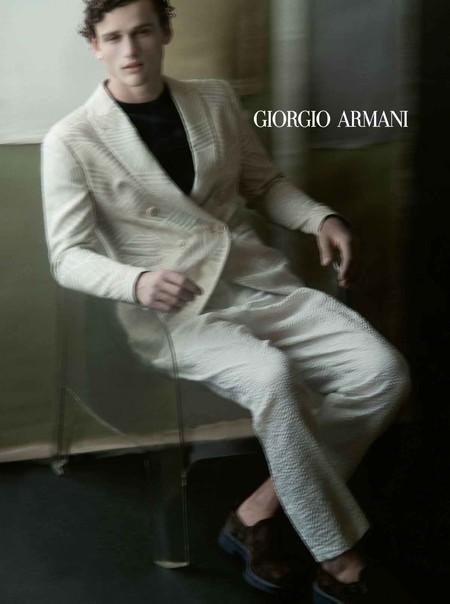 No es que necesites gafas, que así de movida es la campaña de primavera de Giorgio Armani