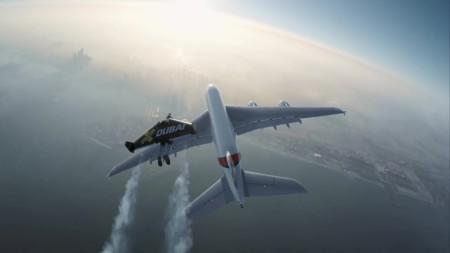 Dos personas en jetpack comparten lo imposible: el cielo junto a un avión... sí, un avión