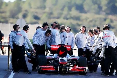 Lewis Hamilton durante un pit-stop en Cheste