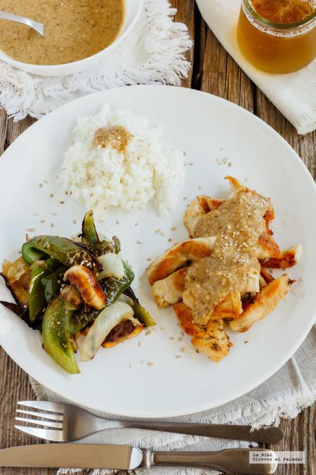 Pollo asado con verduras y aderezo de ajonjolí. Receta